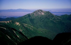 1024px-Mount_Kurobegoro_from_Mount_Washiba_1999-08-09